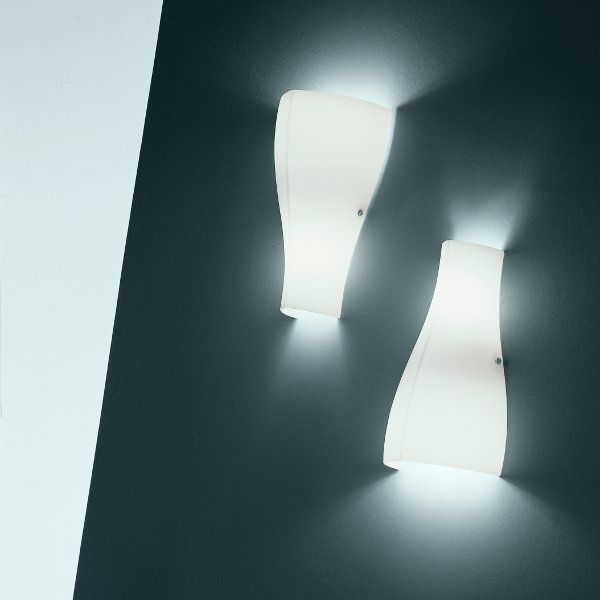 The A0 wall sconce installable in both directions