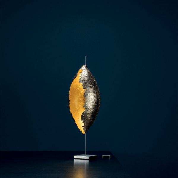 PostKrisi 10 Malagolina table lamp, gold - switched on
